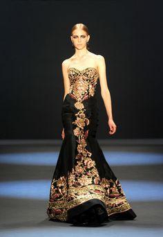 The Look: Baratheon - Naeem Khan Fall 2011 fashion show during Mercedes-Benz Fashion Week Couture Mode, Couture Fashion, Runway Fashion, Fashion Show, Gowns Couture, Foto Fashion, Fashion Moda, Beautiful Gowns, Beautiful Outfits