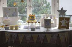 Un anniversaire sur le thème « Le Petit Prince » de Saint-Exupéry, en jaune et gris