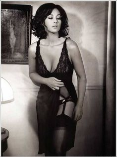 Monica Bellucci Photo, Monica Belluci, Most Beautiful Women, Beautiful People, Beret Rouge, Sexy Women, Femmes Les Plus Sexy, Italian Actress, Actrices Hollywood