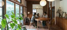 「すべてが見渡せるのが平屋の魅力」と語る濱さんの住まいは、なんとここが3軒目の平屋だそう。緑豊かな敷地に建つ築60年の家をリノベした。 Japanese Interior, Japanese House, Home And Garden, Architecture, Table, Outdoor, Furniture, Design, Home Decor