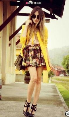 Falda plisada floreada con swetter amarillo