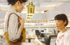 この「ゴールデンベル」、全編をフィンランドで撮影した映画『かもめ食堂』にも登場しています。サチエ(小林聡美)さんとミドリ(片桐はいり)さんが初めて出会い、2人でガッチャマンの歌を熱唱するこの名シーンは、1969年にアアルトが設計した「アカデミア書店」の2階に「Cafe Aalto」で撮影されました。