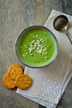 Only 97 calories per portion. A quick blender broccoli soup rich with the flavour of blue Stilton cheese that's made in minutes. The perfect vegetarian starter or main course and great for the 5:2 diet or fast diet.