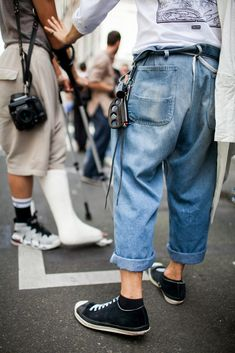 Out and about at Paris Men's Spring 2017 Fashion Week. Mens Fashion Week, Fashion Moda, Urban Fashion, Love Fashion, Fashion News, Mode Masculine, Men Street, Street Wear, Der Gentleman