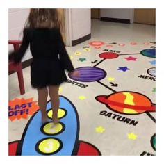 🚀 CAMINITO DE RELAJACIÓN 🛸  del espacio. Un circuito para que los niños se relajen en la escuela de una manera divertida 😁👦👧🏼🧒 . Trabajando… School Projects, Projects To Try, Sensory Pathways, Private Preschool, School Murals, Path Ideas, Floor Stickers, School Decorations, Autism Awareness
