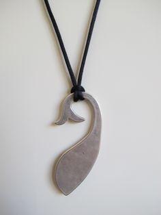 Precio: 8 €.  Ballena y cordón de cola de ratón.  Tamaño de la ballena, 7cm x 3cm. Cordón largo. QUEDA 1