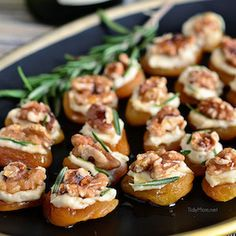 50 Festive Thanksgiving Appetizers - Prudent Penny Pincher Get your Thanksgiving dinner started off right with these festive and flavorful Thanksgiving appetizers that your guests will love! Make Ahead Appetizers, Thanksgiving Appetizers, Finger Food Appetizers, Christmas Appetizers, Thanksgiving Recipes, Finger Foods, Appetizer Recipes, Holiday Recipes, Dinner Recipes