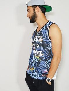 CAMISETA DE BASKET CON ESTAMPADO TROPICAL SUMMER. Comprar online camisetas de hombre de baloncesto y futbol americano en nuestra tienda de ropa joven y streetwear Latiendajoven.com
