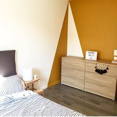 Discover recipes, home ideas, style inspiration and other ideas to try. Geometric Wall Paint, Sweet Home Design, Room Interior, Interior Design, Bedroom Decor, Wall Decor, Shelves In Bedroom, Dulux Valentine, Living Room Paint