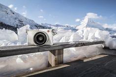 """Per celebrare le Olimpiadi invernali del 2018, Leica presenta una nuova edizione speciale della sua famosa fotocamera compatta serie """"Q"""" ad alte prestazioni con sensore full-frame: la Leica Q Snow, una Leica completamente bianca!"""
