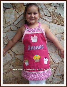 Avental em tecido oxford para criança personalizado com nome. Aplicação feita em patchcolagem  e bordado a mão. A cor e o motivo da aplicação pode ser escolhido. Medidas : altura 55cm x largura 50cm R$ 28,00