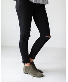 Black ripped jeans Distressed Black Jeans, Black Ripped Jeans, Teen Fashion, Fashion Outfits, Winter Outfits, What To Wear, Autumn Fashion, Cute Outfits, My Style