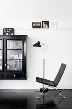 Stunning PK 22 Chair in a minimalist black and white interior - kast hangend aan de muur