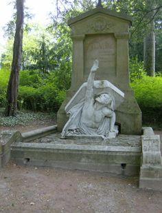 Verne morì nel 1905 ad Amiens, a settantasette anni di età, ormai quasi cieco, sofferente di diabete e colpito da paralisi. Ad Amiens trovò riposo nel Cimitero della Maddalena.