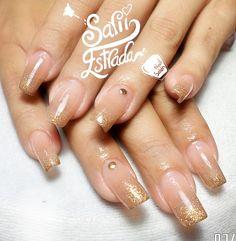 $210.   Uñas acrílicas Esculturales. Punta cuadrada. Nude nails beige. Dorado. Estoperoles. Organic Nails. Desing by Sarii Estrada