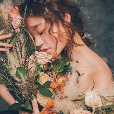 Mutter Demeter was the Greek goddess of the harvest, who ruled over grain and the fertility of the earth. It taught mankind the art of sowing and plow. Flower Aesthetic, Aesthetic Art, Aesthetic Pictures, Aesthetic Vintage, Parfum Paris, Greek Gods And Goddesses, Aesthetic People, Korean Aesthetic, Album Design