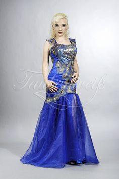 TW Naylani - Blau, Gold, Pfau   In seiner Symbolik steht der Pfau für Liebe, Leidenschaft, Schönheit und Reichtum sowie für die Unsterblichkeit. Eine bedeutungsvolle Wahl und damit ein aussagekräftiges Motto für Ihr Abendkleid. Im figurbetonten Meerjungfrauen-Stil mit breiten Trägern präsentiert sich dieses aufregende Abendkleid mit außergewöhnlicher Verzierung in Pfauenfedern-Optik und hochgeschlitzten Organza-Lagen im unteren Rockbereich.