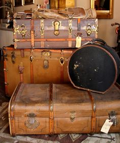 Love this vintage luggage!