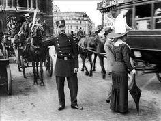 Agent de police. Paris, Place de l'Opéra, vers 1910. © ND / Roger-Viollet