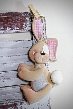 Visita l'articolo per saperne di più. Bear Crafts, Bunny Crafts, Easter Crafts, Sewing Crafts, Sewing Projects, Diy And Crafts, Arts And Crafts, Sock Dolls, Techniques Couture