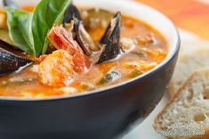 Aprende a preparar cazuela de mariscos con esta rica y fácil receta.  Los mariscos son un alimento bajo en grasa y rico en proteínas, así que disfrutarlos en una...