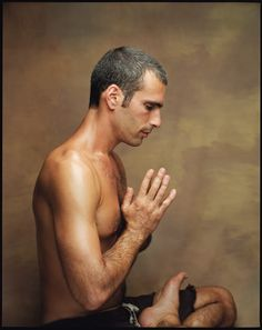 What Makes a Good Yoga Teacher? It's not about mastering the most difficult poses or holding a headstand. Ultimately, being a good yoga teacher is simply about being a good teacher. Yin Yoga, Yoga Positionen, Vinyasa Yoga, Yoga Meditation, Yoga Man, Ashtanga Yoga, Iyengar Yoga, Bryan Kest, Ayurveda