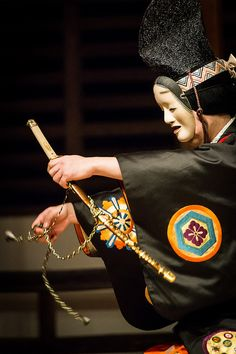 Japanese Traditional Noh Theater  E8 83 Bd Noh Theatre Theatre No Japanese Mask Japanese Kimono