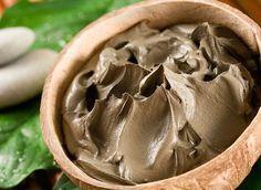 Dans les temps anciens, l'argile était déjà utilisée pour le façonnage en poterie des objets du quotidien ou à usage décoratif. Dans l'Antiquité, Hippocrate recommandait déjà l'argile pour soigner différents maux comme les brûlures, les rhumatismes, les maladies de peau, etc. Ses multiples vertus (cicatrisante, purifiante, antiseptique, etc.) en font un produit d'exception pour la santé et la beauté.
