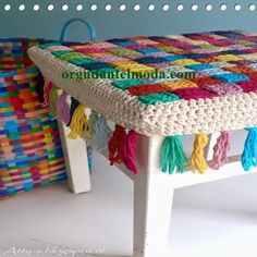 Author Pattern here: Free crochet tutorial (images) for stool cover Crochet Simple, Love Crochet, Crochet Granny, Diy Crochet, Crochet Crafts, Yarn Crafts, Crochet Stitches, Crochet Patterns, Crochet Mandala