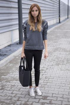 Un sweater con detalles y lo demás que tenga sobriedad: