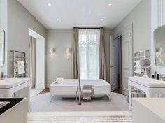 Salle de bains design avec baignoire carrée