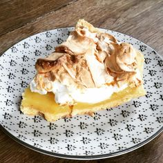 Une tarte, oui mais quelle tarte ... LA TARTE voyons 😊😋 celle de notre enfance 🤗 qui a un savoureux goût de Nostalgie . Pour ma part je vous parle de la tarte au citron meringuée 🥰😊 une recette à retrouver sur le blog 😊  Bon week-end les petits gourmands 😊  #pauldebauche #dessert #tarteaucitron meringue #recette #recettedessert #tutorecette #blogcuisine #blogculinaire #cookingathome #cuisinefaitmaison #bakery #patisserie #souvenirdenfance #nostalgie #bonweekend Bon Weekend, Week End, Oui, Meringue, Desserts, Lemon Meringue Pie, Childhood, Home Made, Greedy People