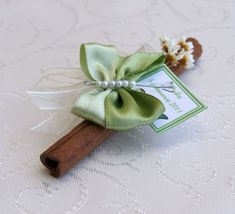 Fluturasi marturii botez, Scortisoara marturii botez fluturi, Cadouri invitati botez fluturi scortisoara Christening Themes, Place Cards, Projects To Try, Place Card Holders, Flowers, Wedding, Awesome, Ideas, Christening