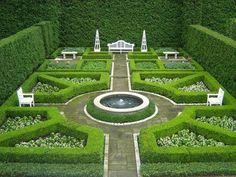Love the boxwood hedges and classic bisimetrical design. #Hedgesgardendesign