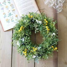 春の花として人気のあるミモザをポイントに置いたグリーンリースです。素材は全てアーティフィシャルフラワーを使用していますので、屋外の玄関ドアなどでも安心して掛けていただけます。ーーーーーーーーーーーーーーーーーーー○特徴:ブルーベリーや白い小花を控えめに置き、様々な形のグリーンをミックスして奥行きをもたせました。本物に近い自然な色合いのグリーンを使用していますので、造花は苦手…という方にもオススメです。◯サイズ: 直径27cm◯素材:アーティフィシャルフラワー(ポリエチレン)◯ラッピング:有料ラッピングでは専用のクラフトリースBOXにお入れしてリボンお付けします。無料ラッピングではセロファンでの簡易ラッピングとなります。ーーーーーーーーーーーーーーーーーーー※できるだけ商品の色合い・風合いをそのままにお伝えできるよう努めておりますが、お使いのブラウザの環境により多少の色の違い等が生じる場合がございます。ご理解くださいませ。『春色新作ハンドメイド2018』