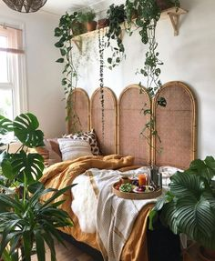 You can easily see and judge a room because of its decoration that it's a Bohemian room. The below picture has a Bohemian room for you in it, see the plants and how the sides of the bed have been decorated with different items. Looking for classy Bohemian Bohemian Bedrooms, Boho Room, Bohemian Apartment Decor, Bohemian Style Rooms, Retro Apartment, Bohemian Bedroom Design, Tropical Bedrooms, Bohemian Living Rooms, Girl Bedrooms