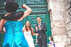 Divertidos momentos después de la ceremonia / Funny moments after the ceremony #boda #momentos #iglesia #invitados #puerta #arroz #risas #fotografia #wedding #outOftheChurch #fun #novios