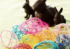 Hauskat ja kauniit pääsiäismunat syntyvät villalangasta, ilmapalloista, vedestä ja sokerista. Katso Avotakan ohjeet ja ripusta pääsiäismunat vaikka pajunoksille!