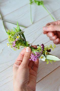 Wildblumen-Hochzeit – Teil 3: Blumenarmband für Brautjungfern selbst binden | Blumigo Bridesmaid, Plants, Corsages, Wildflowers Wedding, Flower Bracelet, Flower Jewelry, Bridesmaids, Getting Married, Maid Of Honour