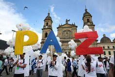 Tras 52 años de una guerra sangrienta y casi cuatro años de negociaciones, Colombia y las FARC firman el histórico acuerdo de paz en Bogotá.