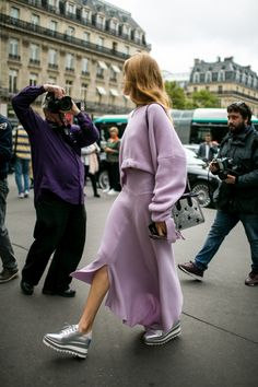 Lavender takeover- Styling inspiration | Spring 2018 Paris Fashion Week Street Style - Vogue