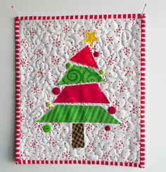 the confused quilter: A Little Mug Rug and That's IT!almost all quilted cards could be mug rugs. Christmas Mug Rugs, Christmas Sewing, Christmas Crafts, Christmas Ornaments, Christmas Quilting, Christmas Tree, Christmas Applique, Mug Rug Patterns, Quilt Patterns
