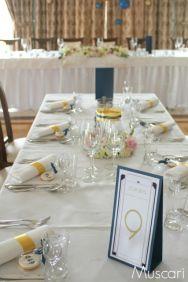 Złoto-granatowa dekoracja stołów weselnych