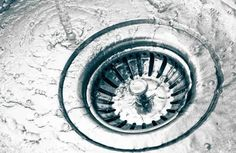 Dealing with a smelly sink drain? Check out these easy tips on how to get rid of a smelly sink drain. With these tips your kitchen will smell great again. Drain Cleaner, Keep It Cleaner, Baking Soda And Lemon, Baking Soda Water, Weekly Cleaning, Cleaning Hacks, Smelly Kitchen Drain, Bleach Water, Home Hacks