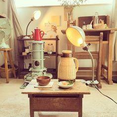 アラジンストーブや文机、レトロな扇風機など古道具がたくさん! 籐のポットも部屋の雰囲気によく合っています。 こういった場所で一人御飯なんて素敵ですね。