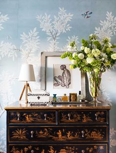 Chinoiserie at its best in this lovely vignette from Mark D. Sikes' Hollywood Hills home. Decor, Gracie Wallpaper, House Design, Veranda Magazine, Interior, Hollywood Hills Homes, Chinoiserie, Home Decor, Feminine Furniture