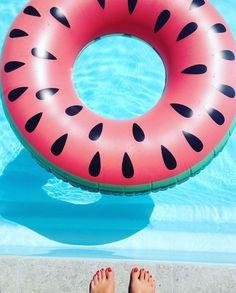 Dans la piscine .... La bouée de rêve
