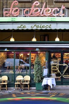 Le Select, Paris - a beautiful place with an atmosphere that is still authentic and very special. Artists and writers of the early 1900s spent hours here, exchanging ideas and enjoying good food and drinks.