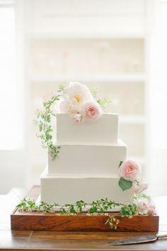 シンプルで可愛い♡squareのweddingケーキをあつめました♡にて紹介している画像