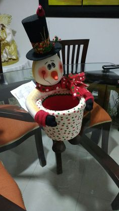 Unlike your work projects, Christmas projects will be so much fun because you will get to explore your imagination. Easy Christmas Crafts, Felt Christmas, Christmas Projects, Christmas And New Year, Simple Christmas, Christmas Time, Christmas Ornaments, New Years Decorations, Christmas Decorations